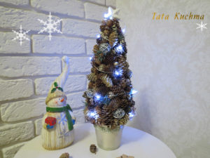елка из шишек